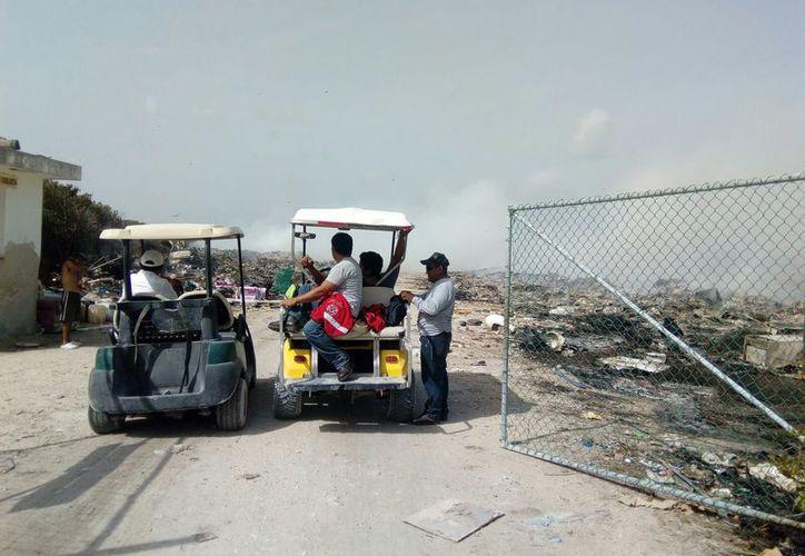 El incendio continúa posiblemente por las llantas que se encuentran debajo de la basura. (Gloria Poot/SIPSE)