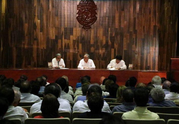 Rueda de prensa en la que el ex rector de la Uady, Carlos Manuel Pasos Novelo, presentó su libro 'Recuerdos de una gestión universitaria'. (José Acosta/SIPSE)