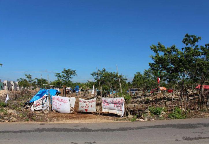 Los habitantes de la zona invadida en las inmediaciones del fraccionamiento In House avanzan en la construcción de sus viviendas. (Irelis Leal/SIPSE)