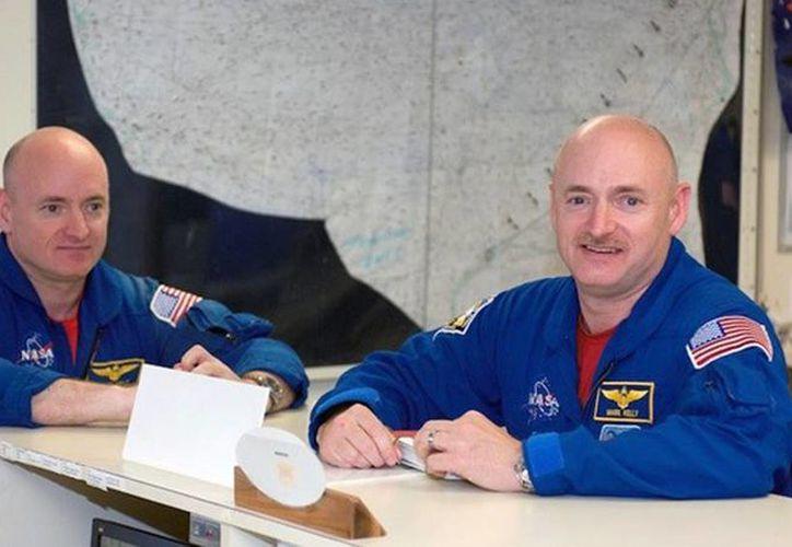 Mark y Scott Kelly serán parte de un 'experimento' de la NASA, en donde se estudiará los cambios del sistema inmunológico humano en el espacio. (NASA)