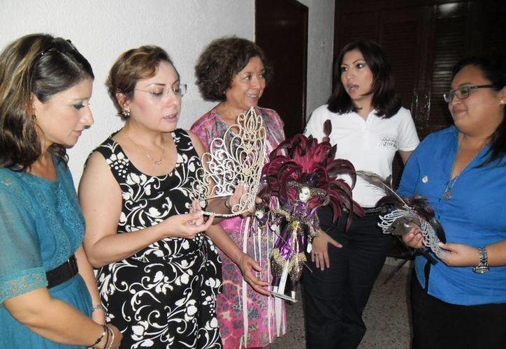 Regidoras durante la visita al Comité Permanente del Carnaval de Mérida. (SIPSE)