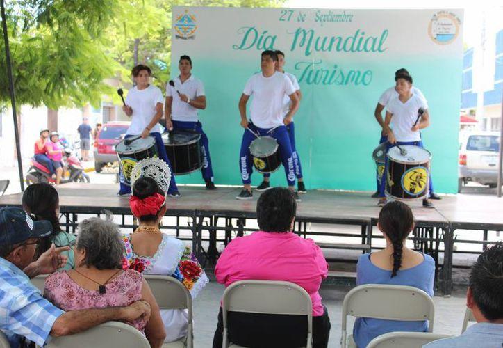 Turistas del Carnival Liberty fueron inivtados a disfrutar de un festival en Progreso en el Día Mundial del Turismo. (Fotos: Gerardo Keb/SIPSE)