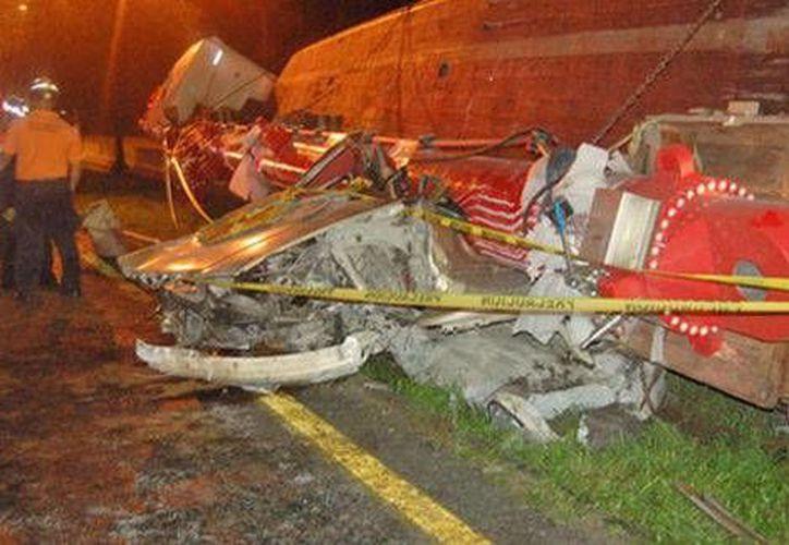 Un joven de 18 años logró sobrevivir al terrible accidente registrado en la Carretera Nacional. (Milenio)