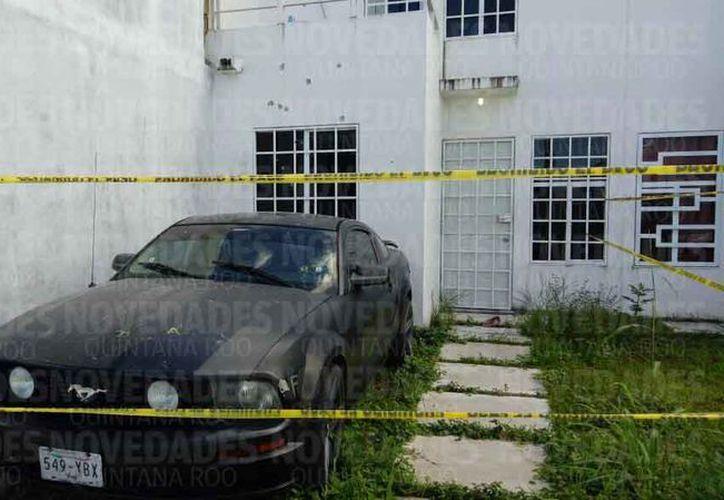 La fachada y ventanas del domicilio y un vehículo registraron impactos de bala. (Eric Galindo/SIPSE)