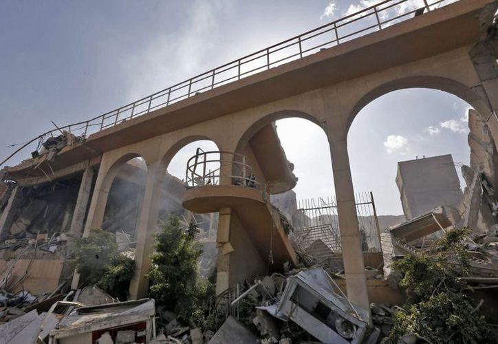 Ruinas de uno de los centros de investigación atacados por Estados Unidos. (AFP)