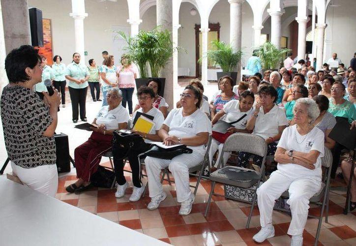 El programa de seguridad Escudo Yucatán fue dado a conocer a derechohabientes en retiro del Centro de Jubilados y Pensionados del Isstey. (Foto cortesía del Gobierno de Yucatán)