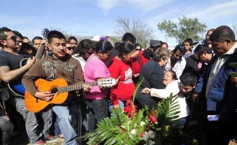 Familiares del músico Javier Flores le dan el último adiós. (Milenio.com)