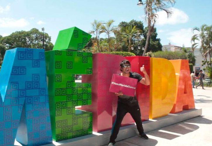 Los visitantes tienen, desde este martes, la oportunidad de tomarse la foto del recuerdo, o la ya clásica 'selfie', de su visita a Mérida: se abrió el parador turístico en la Plaza Grande. (Uziel Góngora/SIPSE)