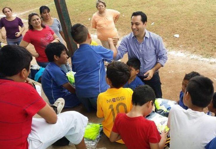 El diputado Mauricio Vila Dosal saluda a integrantes del equipo de futbol 'Lagartos'. (SIPSE)