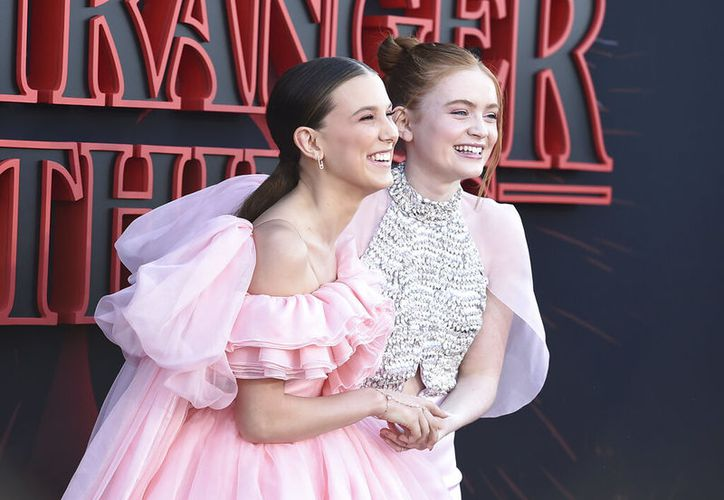 "Millie Bobby Brown y Sadie Sink  en la alfombra roja de la tercera temporada de ""Stranger Things"". (Photo by Jordan Strauss/Invision/AP)"