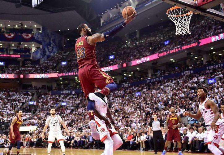 LeBron James se agigantó en el segundo cuarto, siendo clave en el ataque y alcanzó los 16 puntos. (AP)