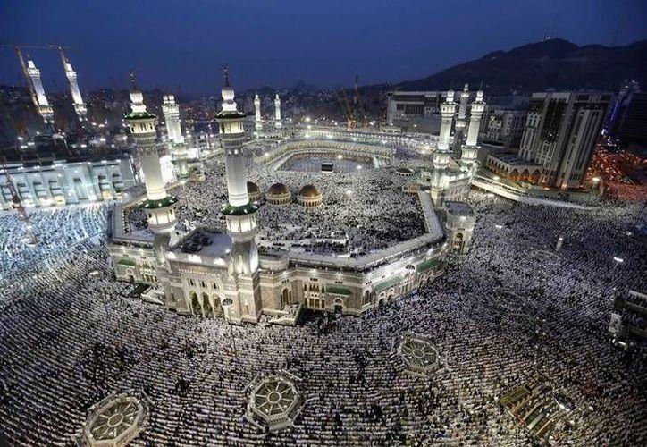 Arabia Saudita es un estado monárquico conocido en el mundo por su rígida devoción al Islam y la aplicación de la sharia. En la imagen, la mezquita Masjid al-Haram, epicentro del culto musulmán. (Archivo/AP)