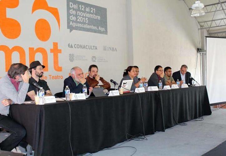 """Imagen de la participación de los creadores yucatecos en la mesa panel en el """"Teatro producido por instituciones culturales"""", que se llevó a cabo en la edición 36 de la Muestra Nacional de Teatro en Aguascalientes. (Milenio Novedades)"""