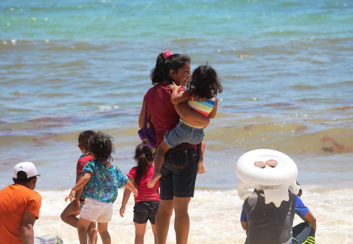 Tan sólo el Viernes Santo llegaron a las playas de Solidaridad al menos 10 mil personas. (Foto: Octavio Martínez/SIPSE).