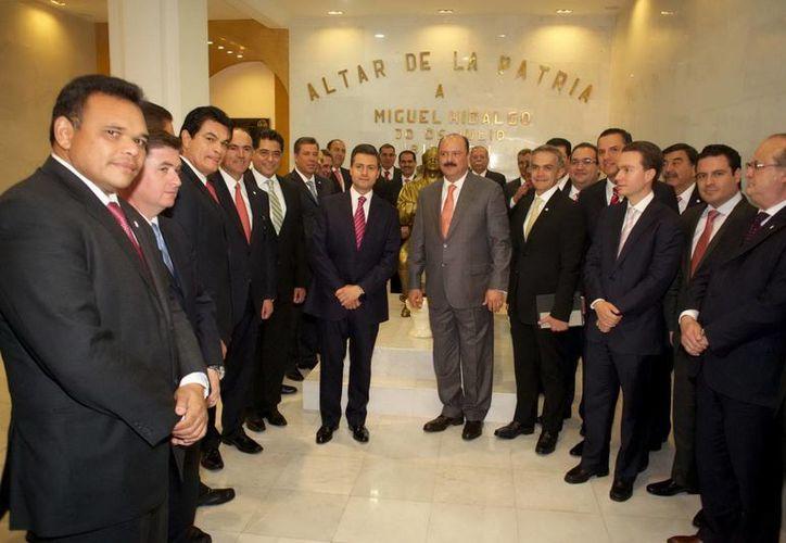 El presidente Enrique Peña Nieto y los integrantes de la Conferencia Nacional de Gobernadores. (Notimex)