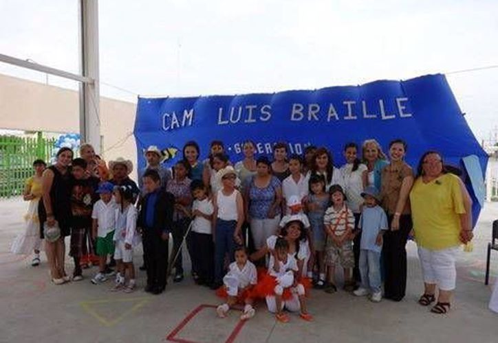 """Estudiantes de la FCA de la Uady apoyaron al CAM """"Luis Braille"""". (Milenio Novedades)"""