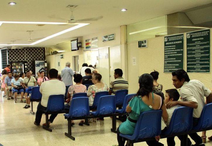 Autoridades del IMSS resaltan que en las últimas semanas las demandas de consultas en las Unidades de Medicina Familiar (UMF) y áreas de urgencias se han duplicado. Imagen de la sala de espera de la Clínica No. 59 del IMSS en el fraccionamiento del Parque. (José Acosta/SIPSE)