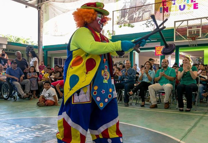 Menores del CREE y de las  Unidades Básicas de Rehabilitación (UBR) quedaron encantados con el show por el Día del Niño que incluyó a payasos, ciclistas acróbatas y luchadores de lucha libre. (Fotos cortesía del Gobierno estatal)