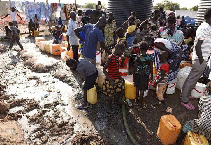 Decenas de personas hacen fila para surtirse de agua en un área de protección de la misión de la ONU Jabu, Sudán del Sur, donde se prorrogó la misión de paz. (Foto: EFE/Archivo)
