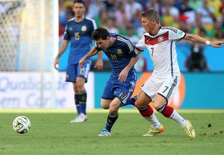 Messi durante la final del Mundial entre Argentina y Alemania. El que para muchos es el mejor futbolista del mundo pasa una etapa sombría dentro y fuera de las canchas. (Notimex)