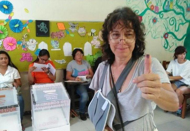 Alma Leal Pimentel fue la primera persona en votar en la primaria Adolfo López Mateos, en Puerto Morelos. (Redacción/SIPSE)