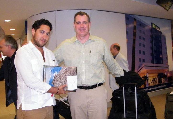 Zane Kerby (der), presidente de la Sociedad Americana de Agencias de Viaje, a su llegada a Mérida. (Milenio Novedades)