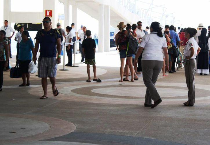 El Instituto Nacional de Migración realizó un operativo de revisión en el Muelle Fiscal de Playa del Carmen. (Octavio Martínez/SIPSE)