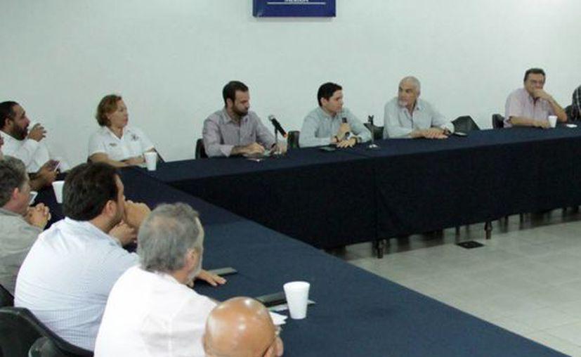 Imagen de la reunión que mantuvieron la Canaco y Cultur, y en la cual hablaron sobre la problemática de los ambulantes en Chichen Itzá. (Milenio Novedades)