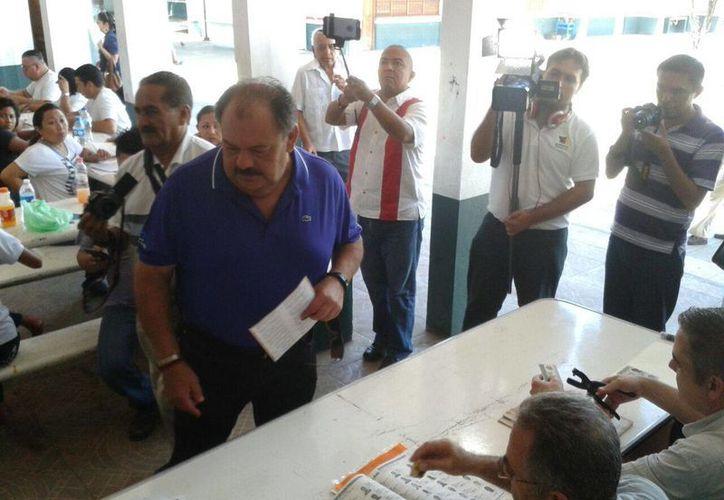 Acudió a votar el presidente municipal de Othón P. Blanco, Eduardo Espinosa Abuxapqui. (paloma Wong/SIPSE)