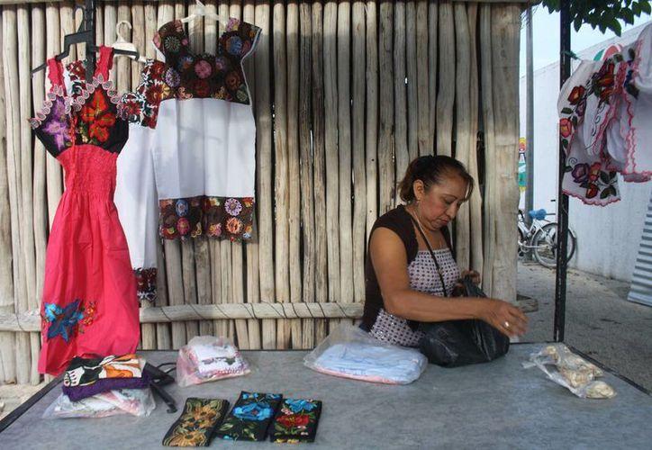 La falta de materiales para la elaboración de las prendas, en el caso de las mujeres que bordan ropa típica, es el principal contratiempo. (Sara Cauich/SIPSE)