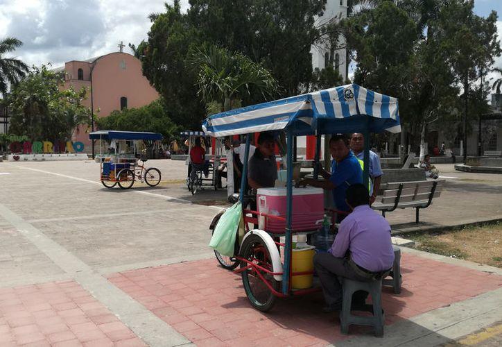 Los vendedores ambulantes de raspados y helados dicen que registran más ganancias afuera de las escuelas y el centro de la ciudad. (José Chi/SIPSE)