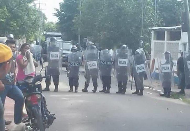 Policías estatales resguardan los Consejos Municipales para evitar nuevos actos de violencia durante el cómputo oficial de votos. (Celia Franco/SIPSE)