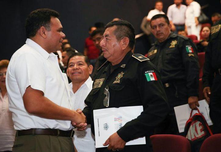 Rolando Zapata Bello reconoció la vocación de servicio de los policías del estado de Yucatán. (Cortesía)