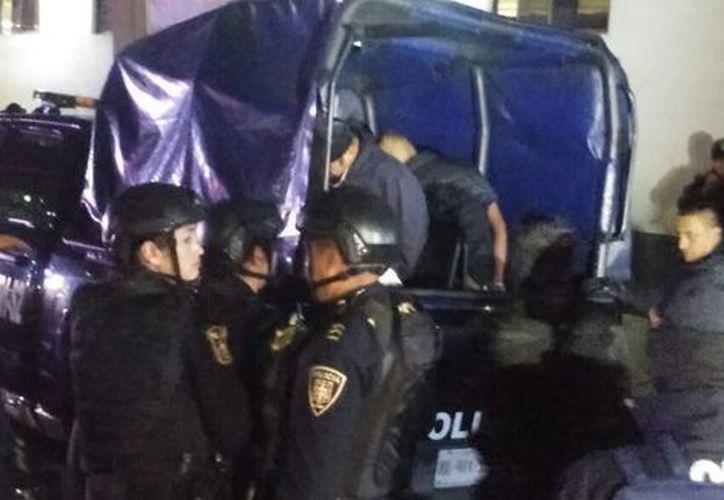 'El Hugo' y otros narcomenudistas fueron trasladados a la Agencia 50 de la Procuraduría Capitalina mediante un fuerte operativo de seguridad. (Milenio)