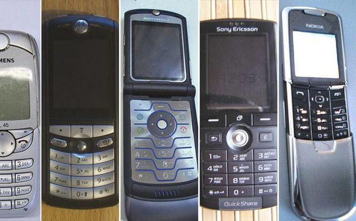 De izquierda a derecha: el Siemens SL45, Motorola E398, Motorola RAZR V3, Sony Ericcson K750i y el Nokia 8800, que fueron un éxito. (Actualidad RT)