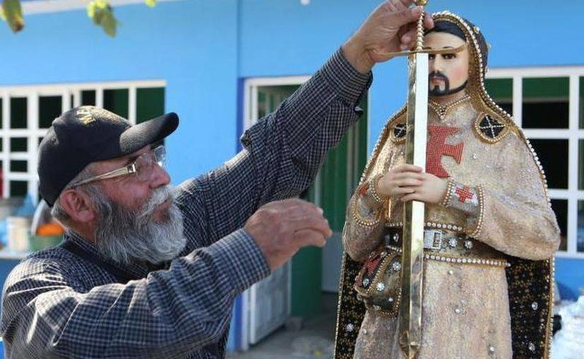 Estanislao Beltrán, líder de autodefensas michoacanas,  muestra una imagen de San Nazario, decorada con piedras preciosas y aplicaciones de oro. (EFE)