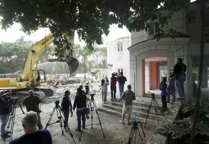 Una excavadora destruyó la mansión frente al mar, que fue propiedad de narcotraficante colombiano Pablo Escobar, este martes en Miami Beach, Florida. El propietario Christian de Berdouare, quien compró la propiedad en 2014, quiere construir una casa más moderna en el sitio.  (Foto AP/Lynne Sladky)