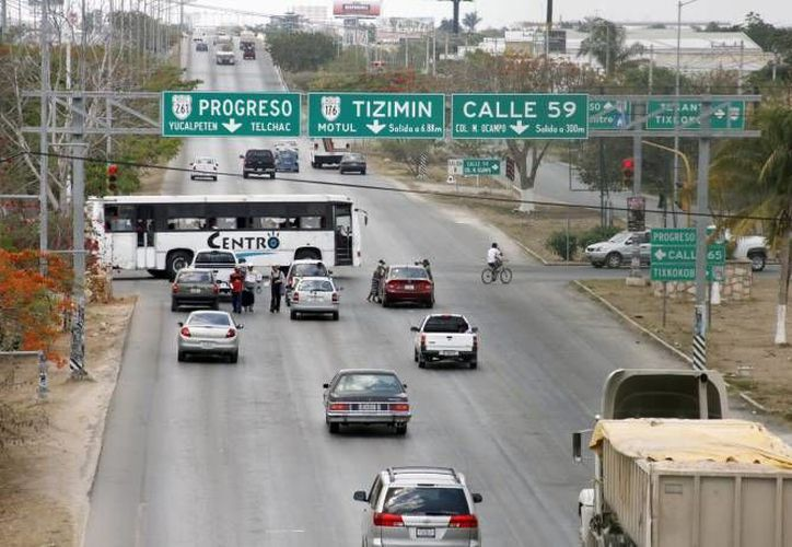 Entre los cambios que se prevén en el periférico de Mérida está el retiro de los semáforos en el cruce con la carretera a Tixkokob, adonde corresponde la imagen. (SIPSE/Archivo)