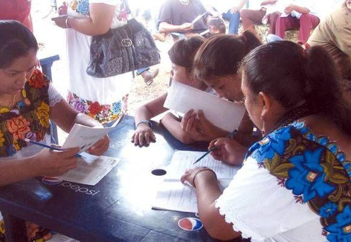Cada año, cientos de adultos en todo el Estado se capacitan con ayuda del Ieaey. En la imagen, un grupo de mujeres durante sus clases en algún municipio de Yucatán.  (Milenio Novedades)