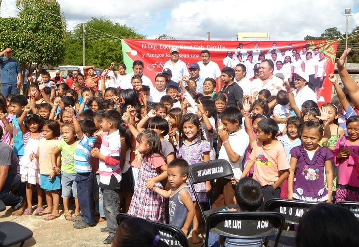 El diputado local, Luciano Simá Cab, fue entrevistado en una gira de trabajo para festejar las posadas navideñas. (Raúl Balam/SIPSE)