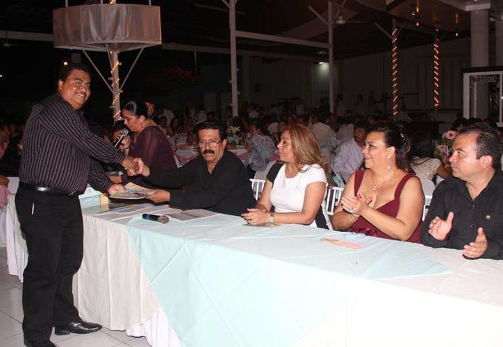 En el evento se entregaron reconocimientos a los monitores de la danza y a los organizadores del evento. (Cortesía/SIPSE)