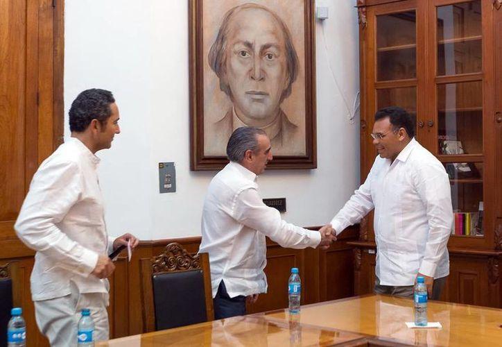 Representantes de Scotiabank y el gobernador Rolando Zapata (d) se reunieron para estudiar posibilidades de inversión en Yucatán. (SISPE)