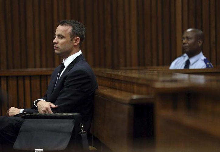Pistorius está acusado de matar a balazos a su novia Reeva Steenkamp, aunque él asegura que la confundió. (EFE/Foto de archivo)