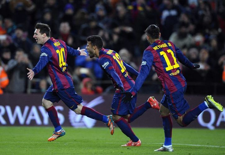 Lionel Messi, izquierda, celebra con sus compañeros Rafinha, en medio, y Neymar tras marcar un gol ante Villarreal. (AP Photo/Manu Fernández)