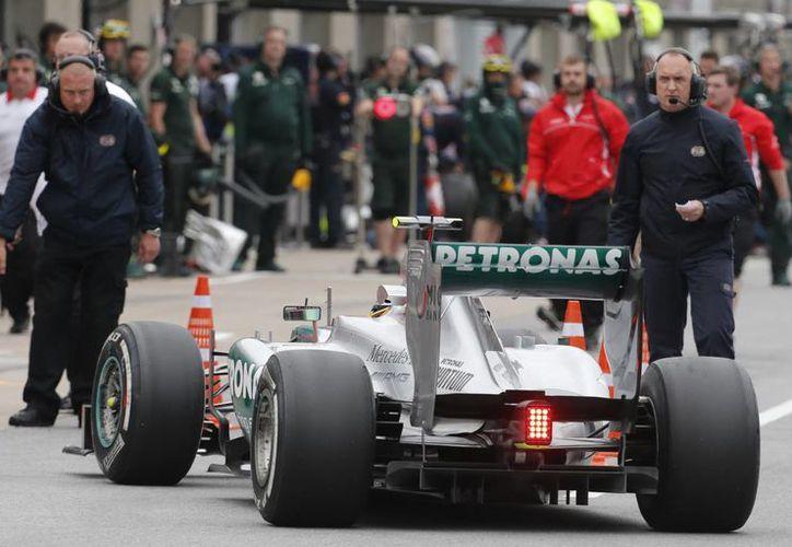 Varios equipos de Fórmula Uno denunciaron a la escudería Mercedes y a la llanatera Pirelli, por no tomarlos en cuenta para las pruebas de neumáticos, en Montmelo, en mayo pasado. (Agencias)