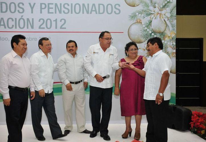 El secretario de Educación, Eduardo Patrón Azueta, entregó llaves al ganador del automóvil Máximo Dzib Chan del Municipio de Felipe Carrillo Puerto. (Cortesía/SIPSE)
