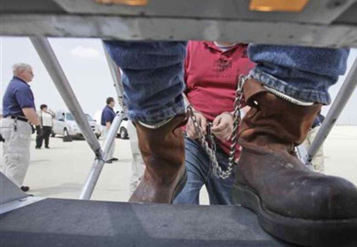 Quebrantan autoridades migratorias de EU los derechos humanos de mexicanos. (Foto: AP)