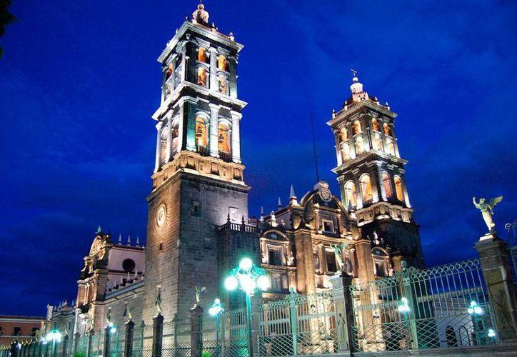 Vista nocturna de Puebla, ciudad que fue nombrada capital nacional de La Hora del Planeta, que tendrá lugar este sábado 28 de marzo, a las 20:30 horas locales. (Alejandro Quintanar Helgueros/Wikipedia)