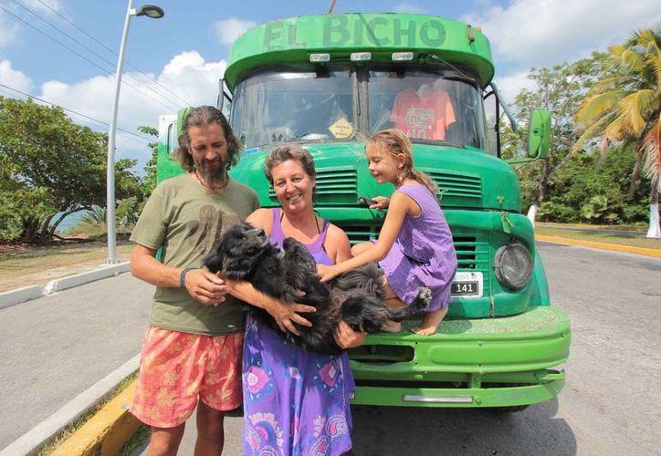 """En el interior de su camper al que apodan """"El Bicho"""", Martha, una perra rescatada de las calles en Chetumal se mueve de un lado a otro. (Gustavo Villegas/SIPSE)"""