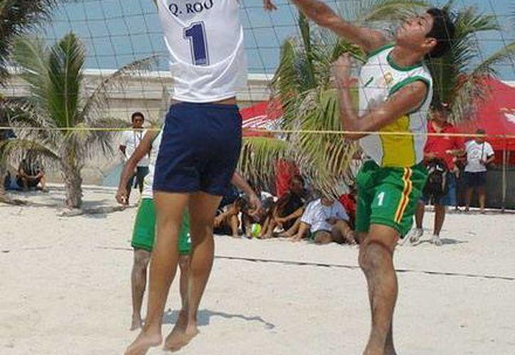 En el torneo pasado de volibol de playa en Progreso se inscribieron 90 equipos. Ahora se pretende llegar a 100 conjuntos. (Milenio Novedades)